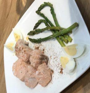 receta salmón al vino con espárragos