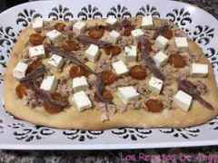 Receta de focaccia de tomates Cherry, queso blanco, atún y anchoa.