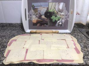 Poniendo el relleno de la torta de pan con Thermomix.
