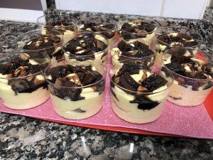 vasitos de crema y trocitos de brownie