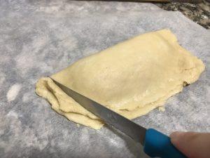 Cortar las bordes que sobran de la empanadilla.