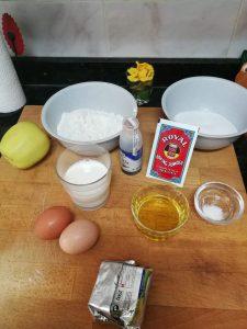Ingredientes para ña receta de tarta de manzana.