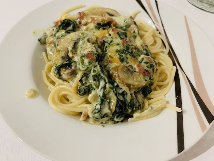 Receta de espaguetis en carbonara de espinacas y champiñones tradicional