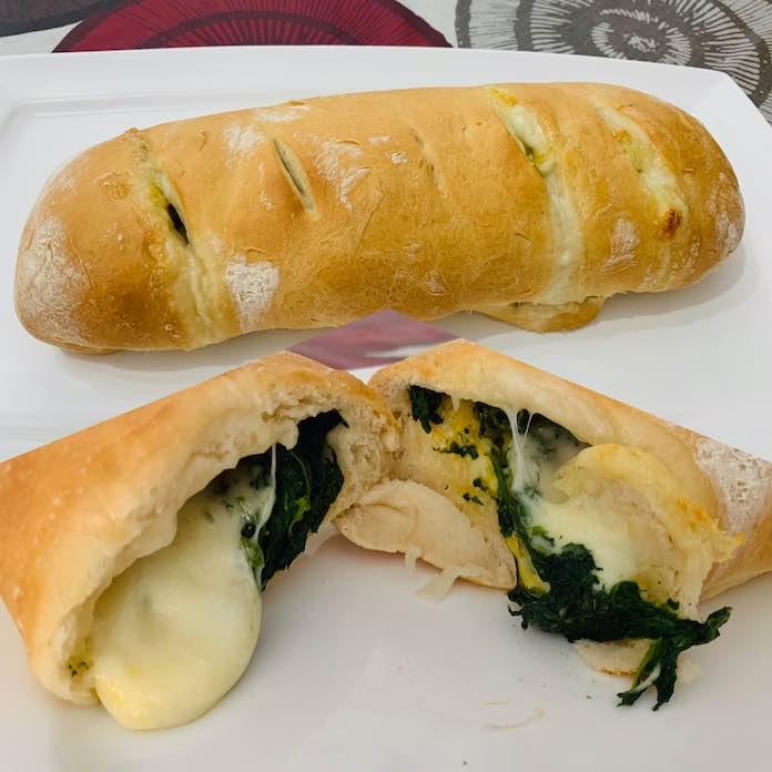 Pan relleno de espinacas y mozzarella.