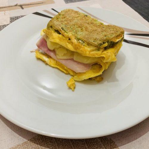 receta de sandwich de tortilla francesa relleno de forma tradicional.