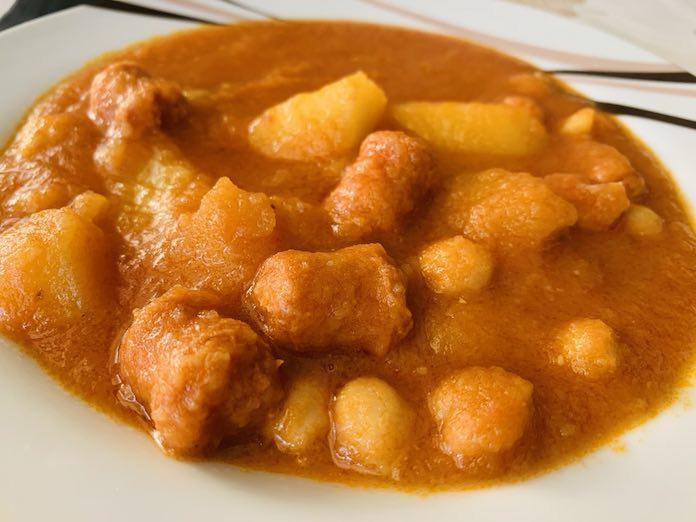 Guiso de patatas y chistorra de forma tradicional en Las Recetas de Angy