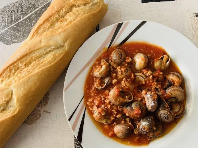 Caracoles con tomate y jamón de forma tradicional