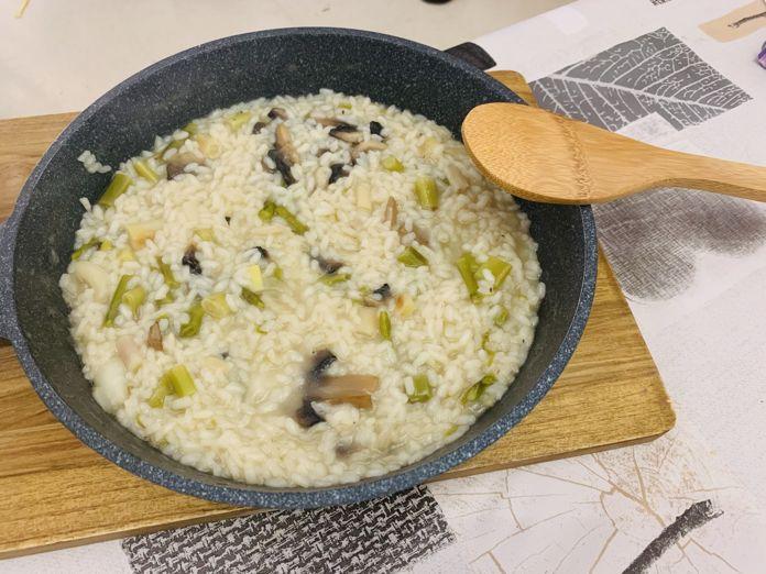 Risotto de champiñones, ajos tiernos y espárragos de forma tradicional en Las Recetas de Angy