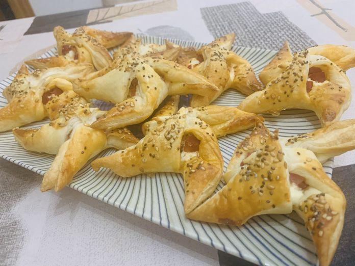 Molinillos de hojaldre rellenos de queso y taquitos de forma tradicional en Las Recetas de Angy